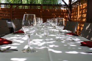 Festlich gedeckter Tisch in der Laube